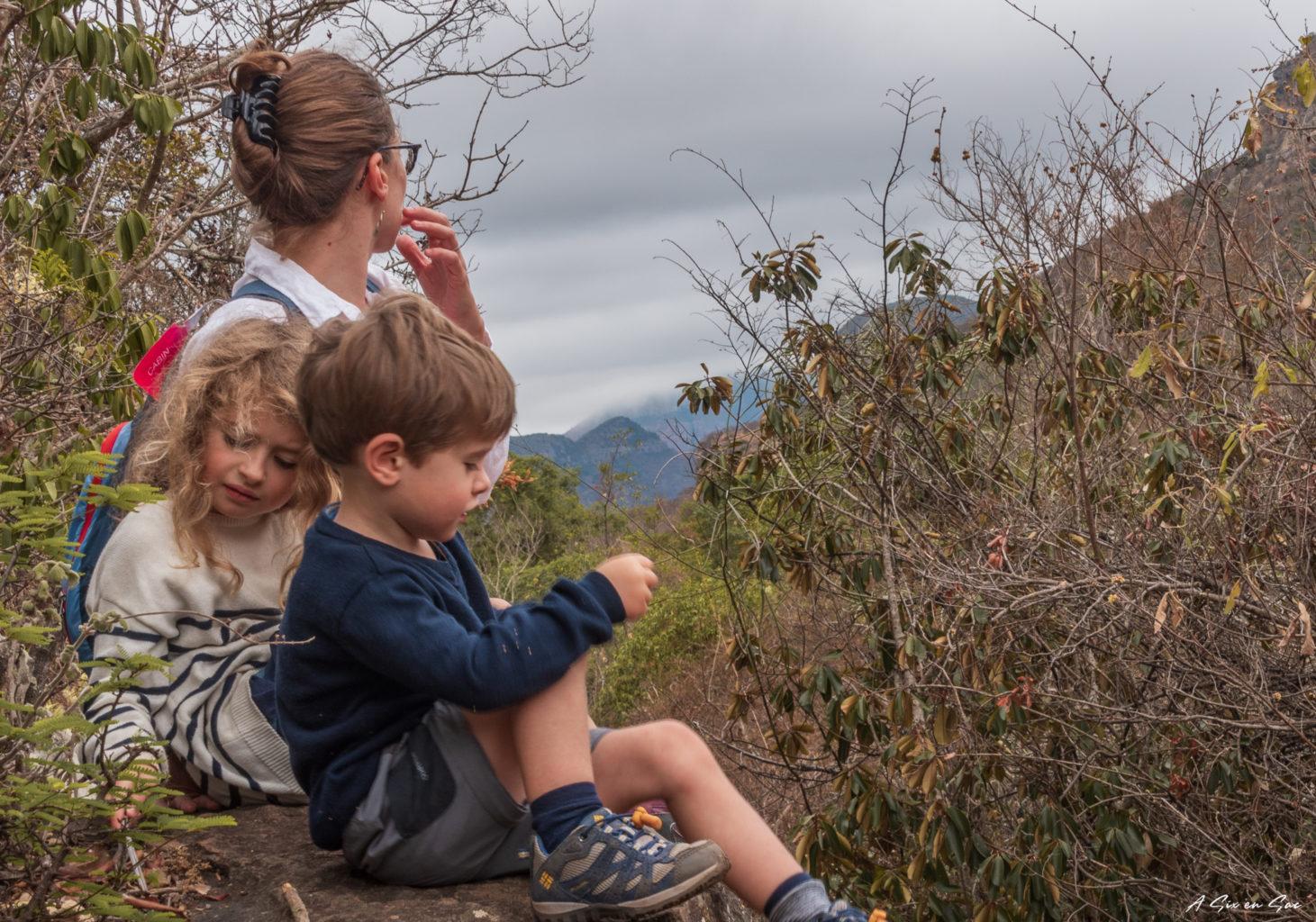 Marie et les petits en pause pique nique dans la province du Mpumalanga aux portes du parc Kruger ( et son emblématique Blyde River Canyon )