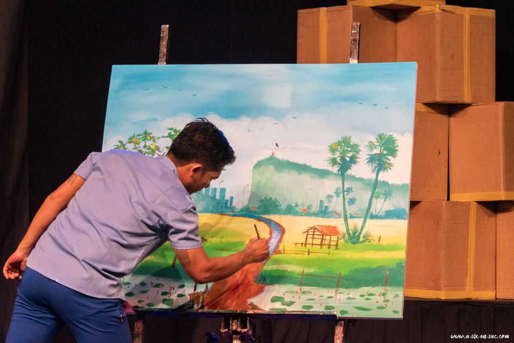 Un des artistes peint pendant la representation du cirque Phare Battambang-Cambodge