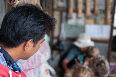 1Sam-regardant-la-rouleuse-de-cigarettes-Battambang