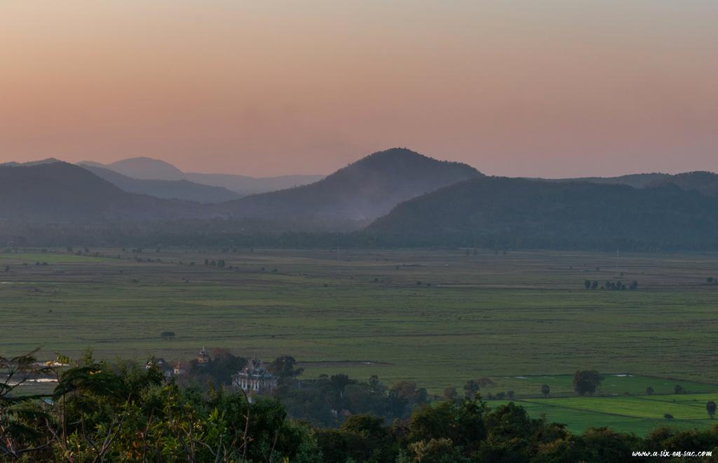 Coucher de soleil sur la campagne Khmer depuis le Phnom Sampov-Battambang-Cambodge