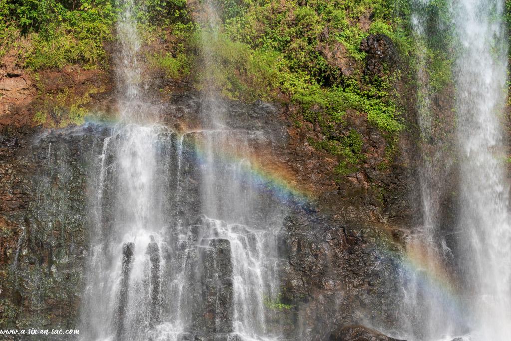 arc en ciel au travers de Tad Yuang Waterfalls
