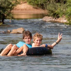 les garçons sur une bouée à Mad Monkey-Si Phan Don- Laos