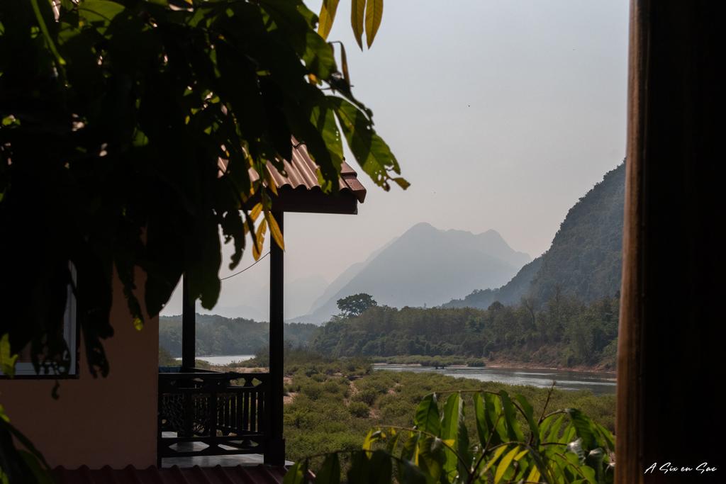 vue sur la Nam Ou depuis la terrasse de la Rainbow Guesthouse dans le village du nord Laos de Muang Ngoi Neua