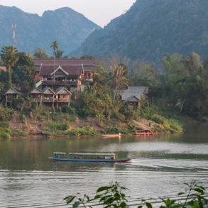 Bateau sur la Nam Ou en face de la guesthouse , Trek nord Laos Nong Khiaw