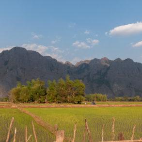 champ et vue sur montagne en arrivant à Konglor