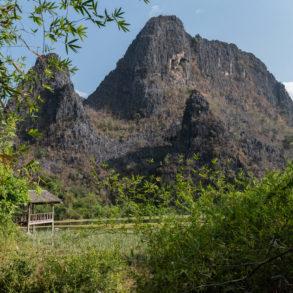 mont karstique vu depuis le lac Nong Thao