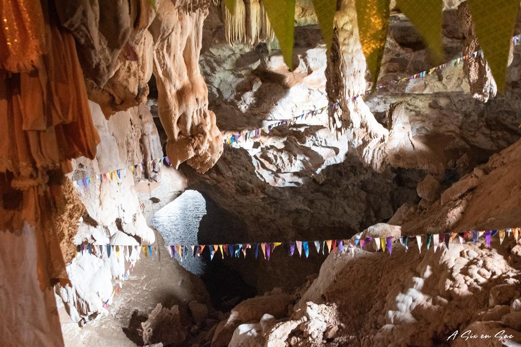 intérieur de la grotte de Tha Pha Inn sur la boucle de Thakhek au Laos
