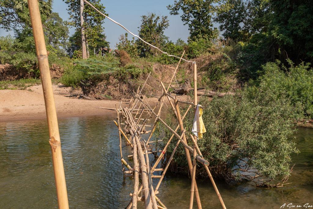 pont de bambou pour accéder à Mad Monkey - Laos Si Phan Don