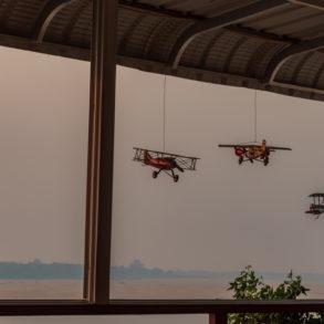 petites maquettes d'avion sur coucher de soleil depuis la terrasse de Sorya à Kratie