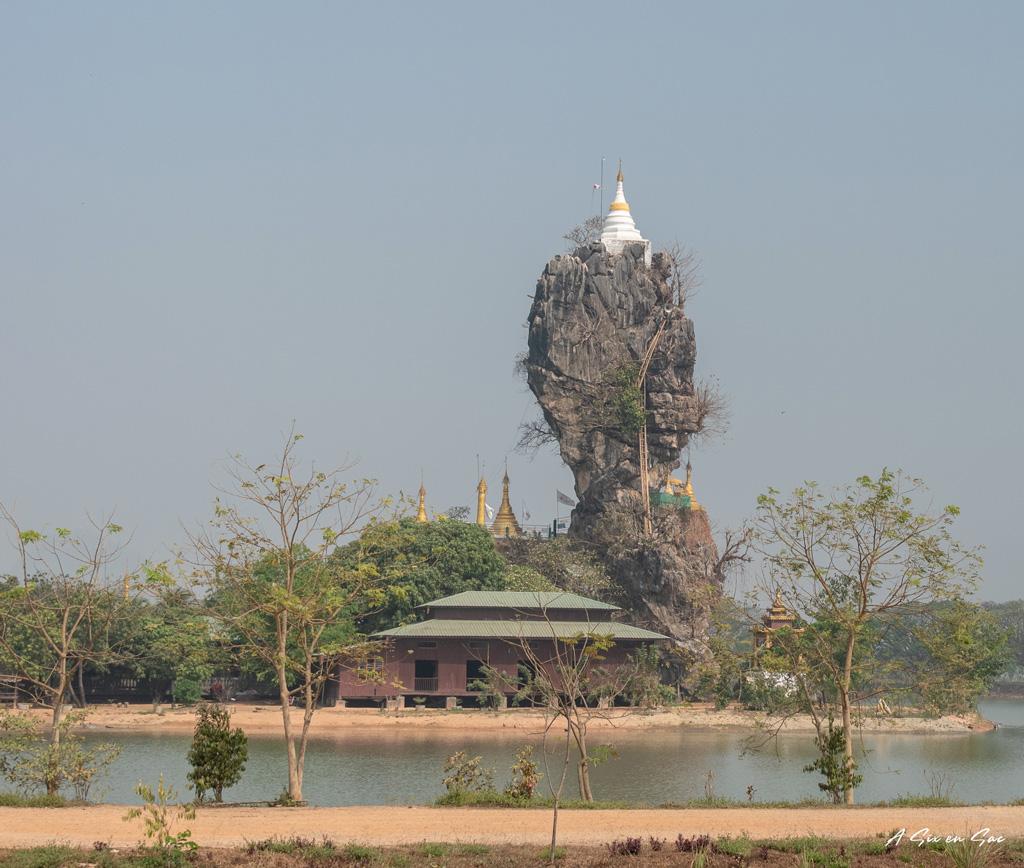 monastère de Kyauk Kalap et son lac artificiel- Hpa An Myanamr