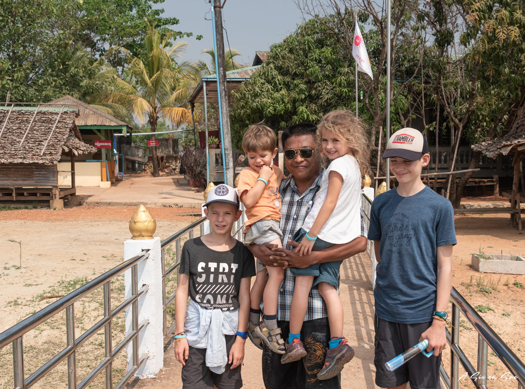Les enfants avec notre chauffeur et guide- Hpa An Myanmar