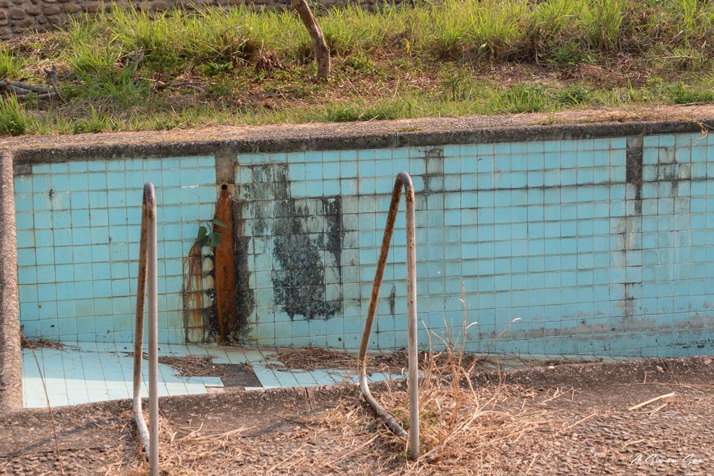 piscine désaffectée du palais Shan de Hsipaw au Myanmar avant notre trek de 3 jours