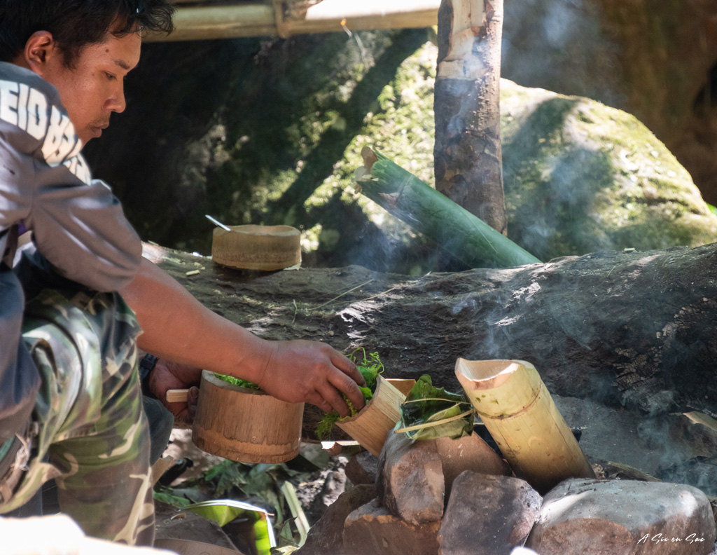 preparation du repas à la cascade - 2nd jour du trek de Hsipaw-Myanmar
