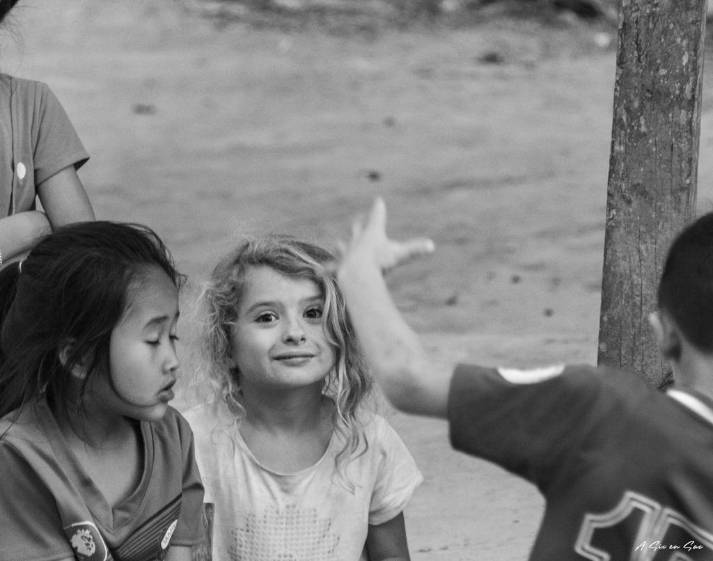 Alice aux milieu des enfants de Houey Sen Laos TDM en famille