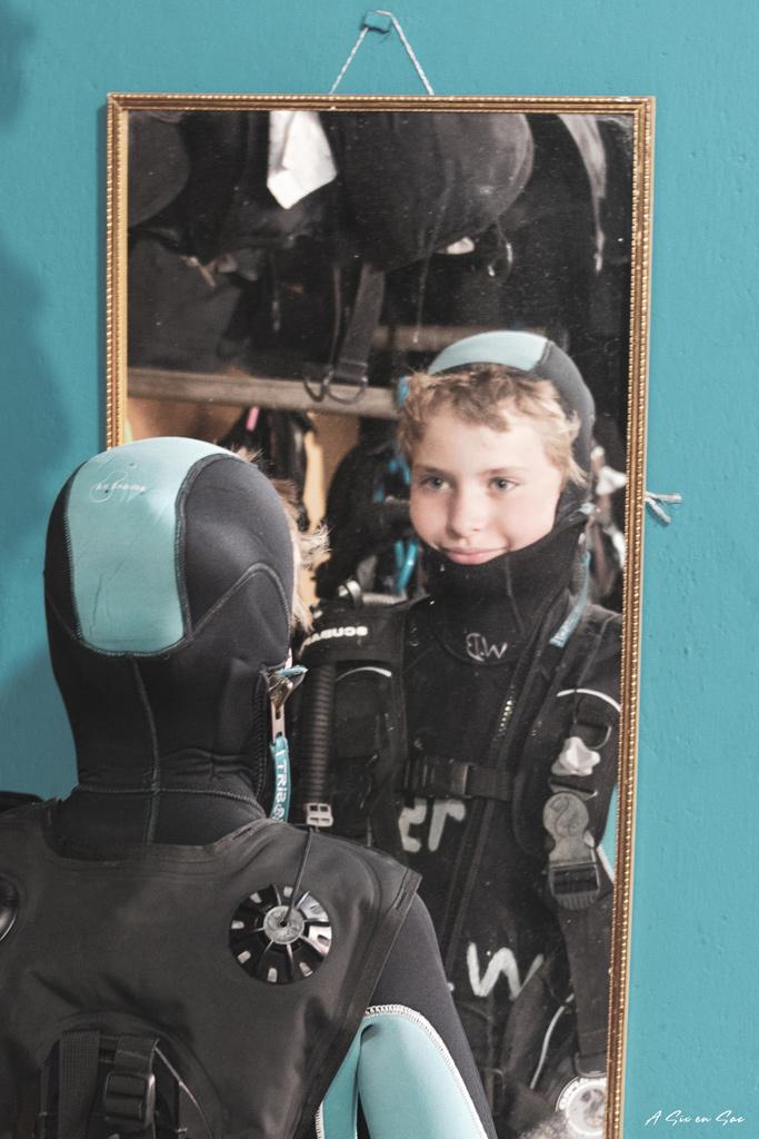 Pierre au essayage de tenue de plongée Galapagos San cristobal Equateur novembre 2020