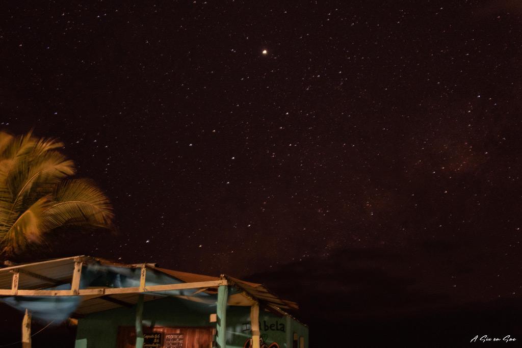 nuit étoilée sur la plage face à la jungla - isla isabela - galapagos - novembre 2020