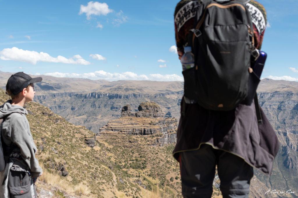 les garçons devant la forteresse Inca de Waqrapukara