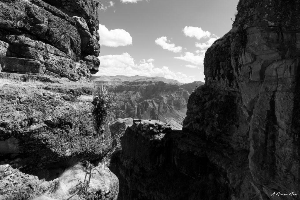 vue plongeante entre les cornes de la forteresse inca de Waqrapukara au Pérou