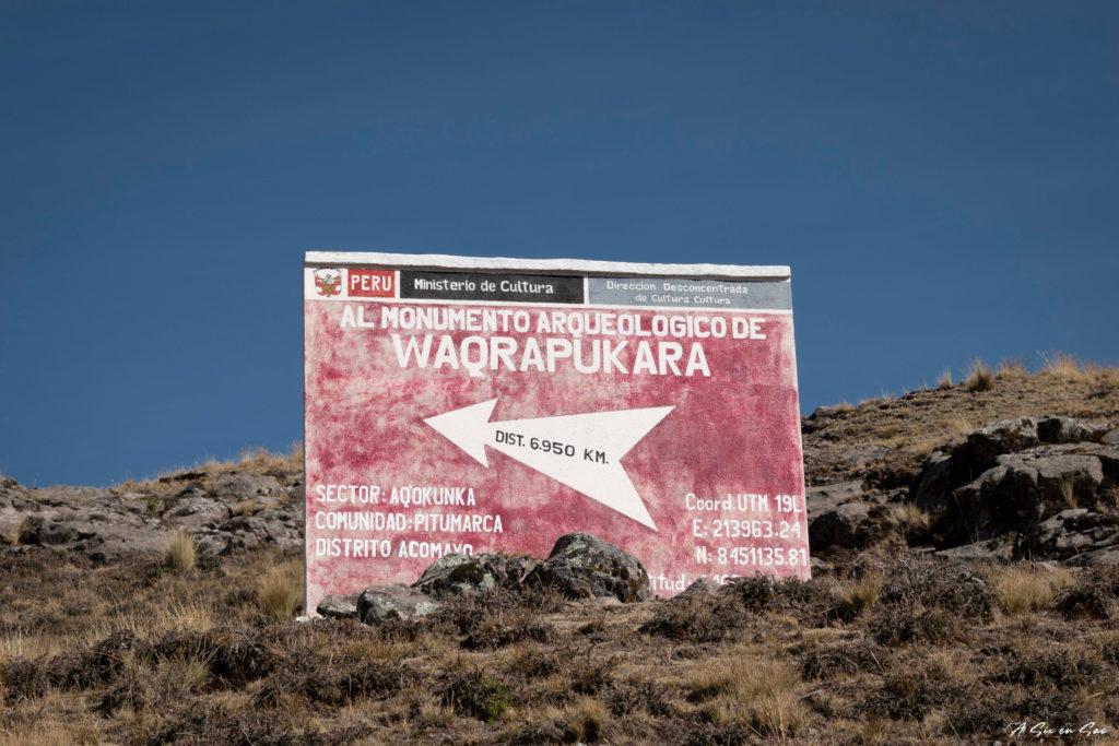 panneau indicatif trek depuis Sangarara pour rejoindre la forteresse Inca de Waqrapukara