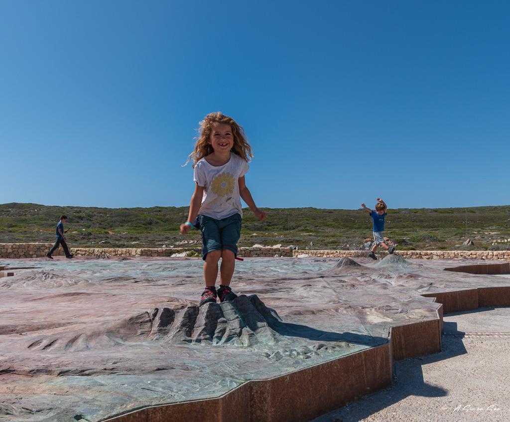 Alice sur la maquette de l'afrique au cap agulhas- afrique du sud Hermanus