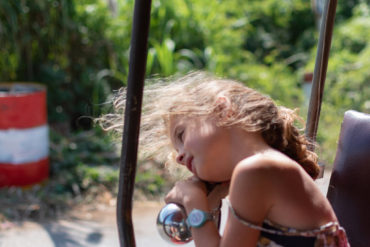Alice somnole dans le tuk tuk entre 2 visites avec Sam, Battambang, Cambodge