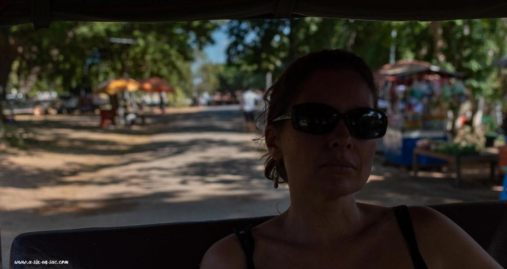 Marie en tuk tuk dans une rue de Battambang-Cambodge