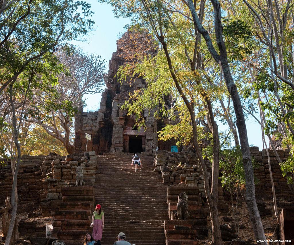 escalier et arrivée au temple phnom Banan-Battambang-Cambodge