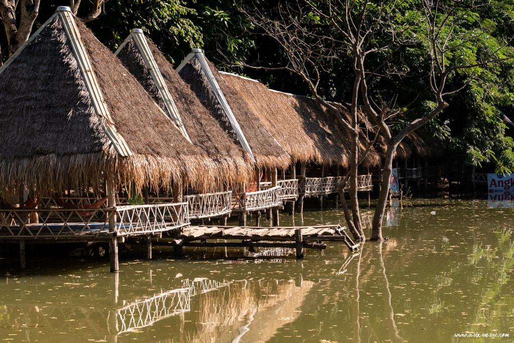 Maison sur pilotis dans le lac en face de Phnom Banan-Battambang-Cambodge
