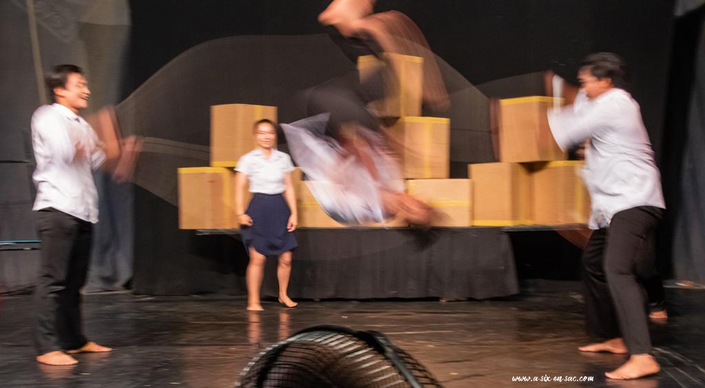 4 acrobates du cirque Phare en représentation à Battambang-Cambodge