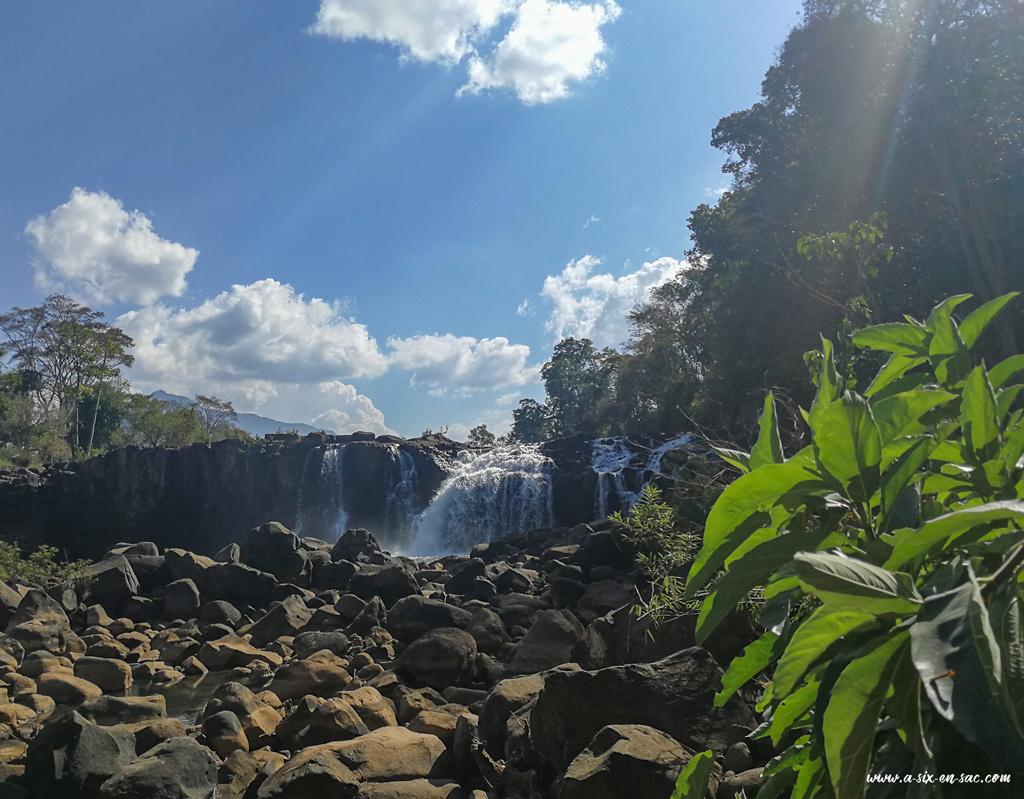 cascade de Tad Hangdans le village de Tad Lo-Laos plateau des Bolovens