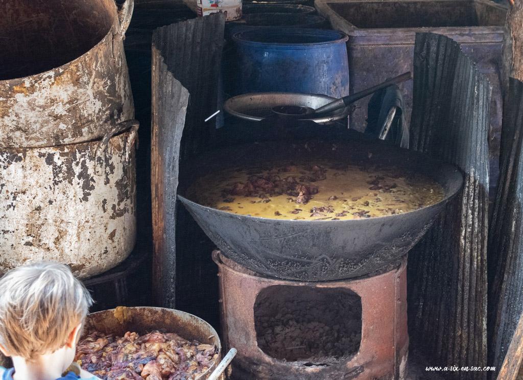 marmite de graisse de poisson à Battambang-Cambodge