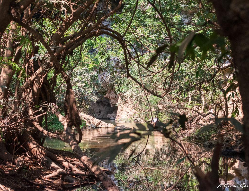 de l'autre coté du réseau de pièce de la Xiang Liab Cave