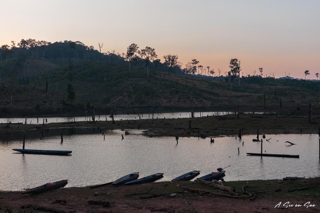 coucher de soleil sur forêt immergée sur la boucle de Thakhek au Laos