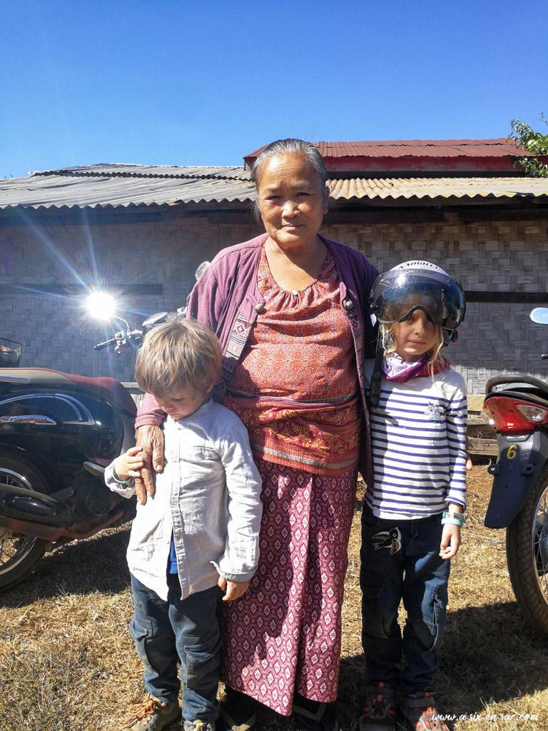"""photo de """"famille"""" devant la happy farm, boucle des Bolovens, Laos"""