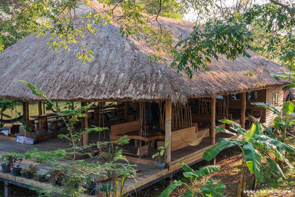 salle commune et de restauration sur Fandee Island-boucle des Bolovens- Laos