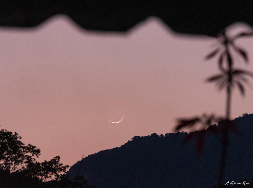 Lever de Lune dans le petit village de Houey Sen dans le Nord du Laos