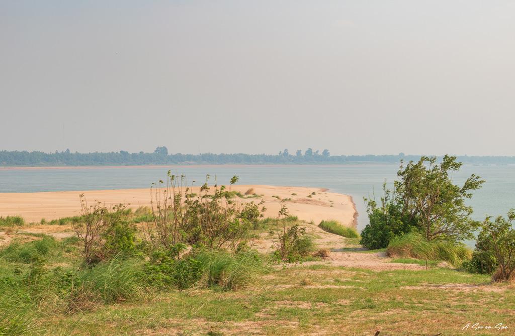 pointe sud de l'île avec le Mékong en arrière plan Cambodge Kratie dauphins d'Irrawaddy