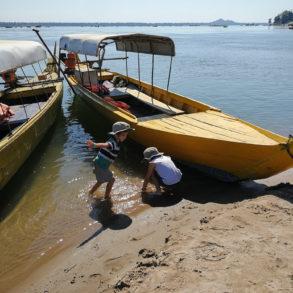 les petits jouent entre les bateaux Cambodge Kratie dauphins d'Irrawaddy