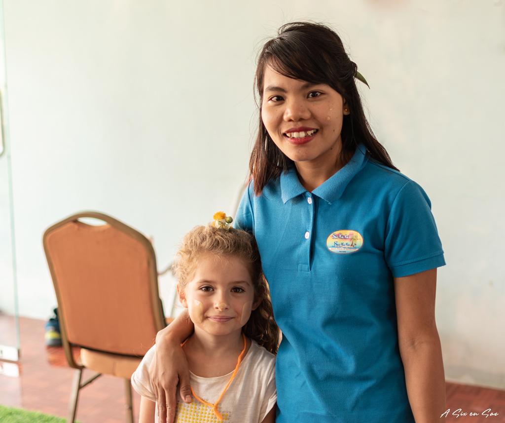 Alice au So Ko Ko Motel avec une jeune birmane - Hpa An - Myanmar