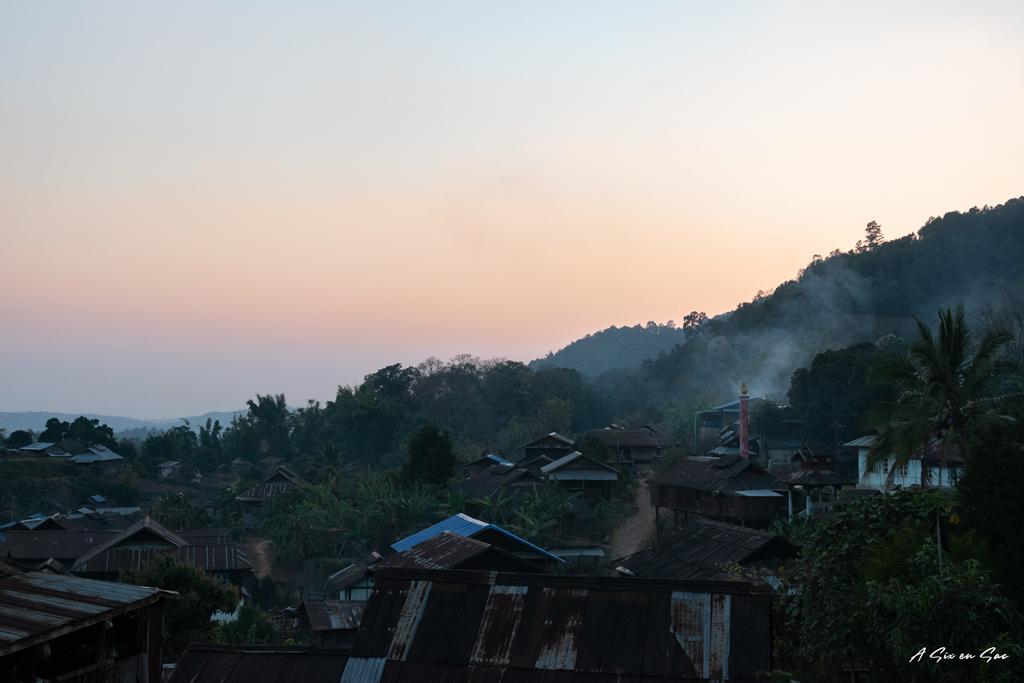 coucher de soleil sur le village de Pan Khan-Hsipaw trek au Myanmar