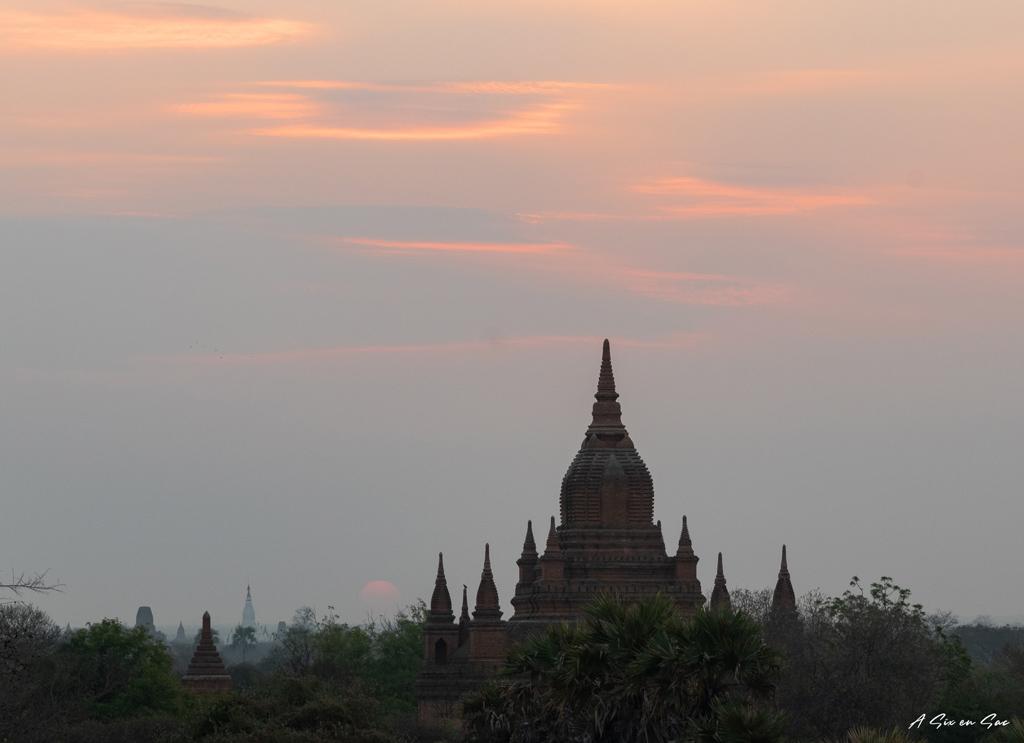coucher de soleil et pagode à Bagan Myanmar ( fiche pratique )